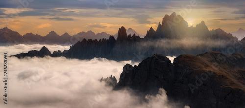 Fototapeta Starke Nebel an der Cadini Gruppe in den Dolomiten, Italien beim Sonnenuntergang obraz