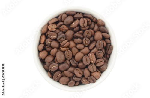 Grano de café en un bol de cerámica blanca, vista desde arriba