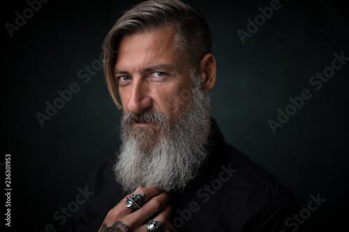Fotografía  Close up Porträt eines bärtigen Mannes, isoliert auf einem schwarzem Hintergrund