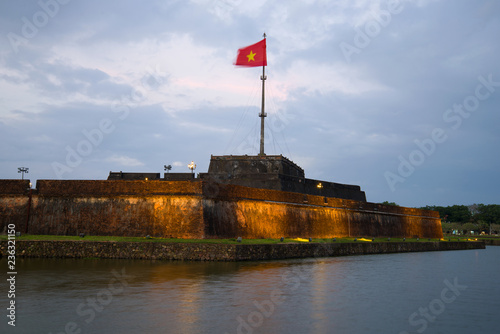 Foto  The central bastion of the ancient fortress of the Hue city in the night light in the evening twilight