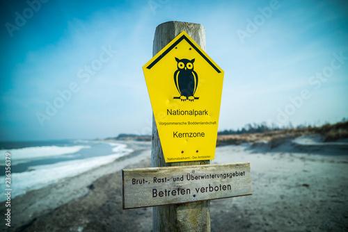 Fotografía  Naturschutz Zone an der Ostsee mit Schild