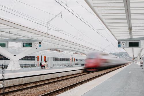 Obraz Pendler wartet auf Zug am Bahnhof - fototapety do salonu