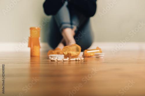 Fotografia  Caucasian female contemplating take prescription pills