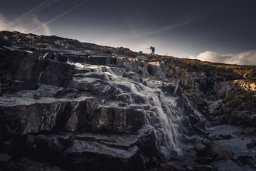 Samotny turysta w górach Sylan. Płynący górski potok.