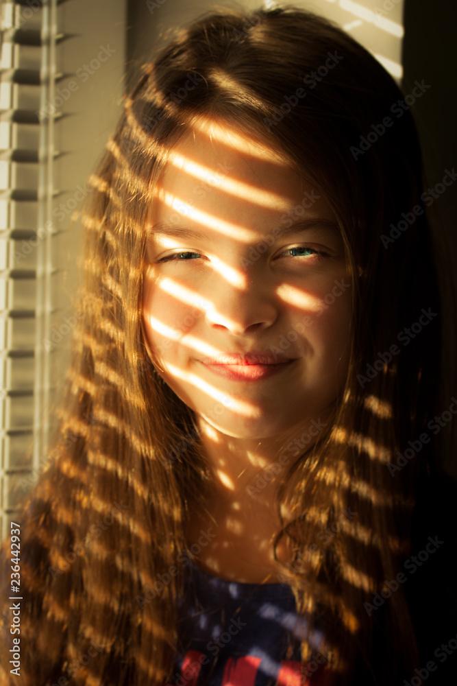 Fototapeta Dziewczynka w promieniach słońca