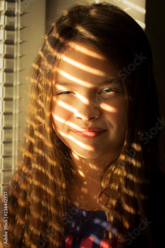 Dziewczynka w promieniach słońca - fototapety na wymiar