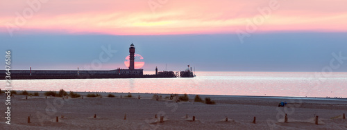 Foto auf AluDibond Leuchtturm Feu de Saint Pol Lighthouse in Dunkirk at sunset