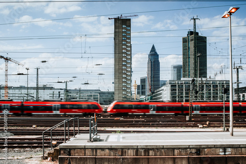 Obraz Züge am Frankfurter Bahnhof  - fototapety do salonu