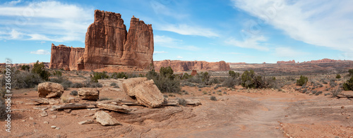 Foto Panoramic landscape view of beautiful red rock canyon formations during a vibrant sunny day