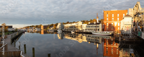 Photographie  Mystic, Stonington, Connecticut, United States - October 26, 2018: Panoramic view of old historic homes by the Mystic River during a vibrant sunrise