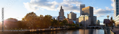 Panoramic view of a beautiful modern city during a vibrant sunset Canvas-taulu
