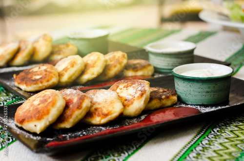 Tuinposter Grill / Barbecue curd pancakes. Cheesecake with sour cream and strawberry sauce. cheese pancakes