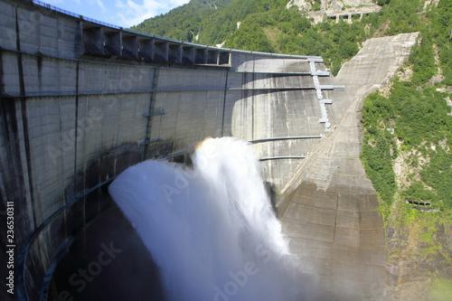 Deurstickers Dam 黒部ダムの観光放水と虹