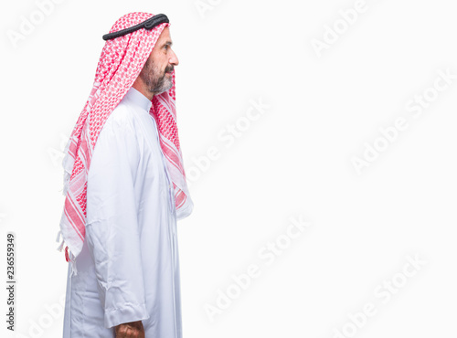 Photo Senior arab man wearing keffiyeh over isolated background looking to side, relax profile pose with natural face with confident smile