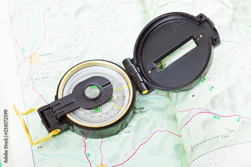Fotografía  Magnet compass on map