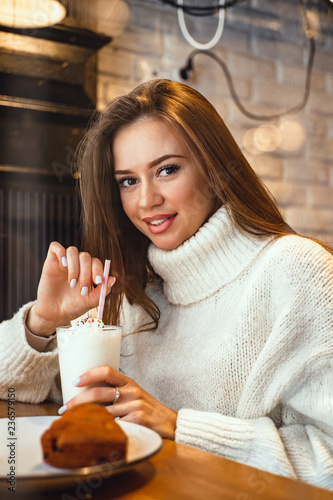 Poster de jardin Bar young woman with milkshake
