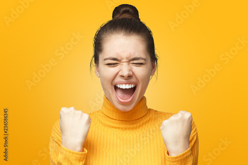 Fotografia  Girl power! Closeup of emotional woman screaming with joy and victorious express