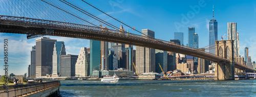Foto op Plexiglas Stad gebouw Panoramic view of Brooklyn bridge over Manhatten skyscrapers in New York.