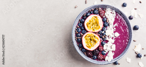 Photo  Smoothie acai bowl served in bowl on grey table