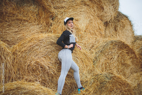 Photo Beautiful young woman is relaxing on the haystack