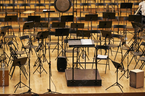Fotografía  concert hall stage with stands and chairs
