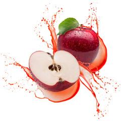 czerwone jabłka w splash soku na białym tle