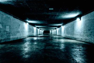 Noću prazan podzemni tunel