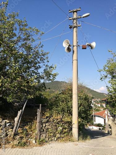 Fotografie, Obraz  Alter Strommast mit Lautsprecher für den Ruf des Muezzin in den Gassen der Altst