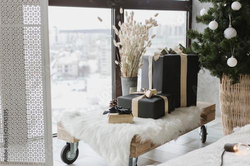 Zdjęcie XXL Pudełka z prezentami leżą na saniach pod choinką, elementem wnętrza domu