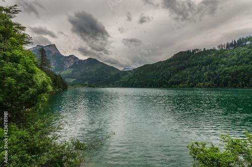 Plakat górskie jezioro w przyrodzie