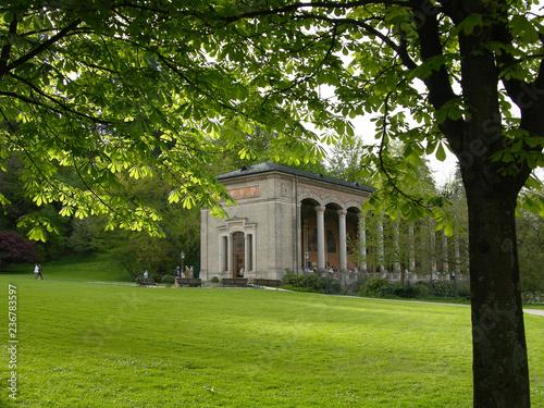 Foto  Trinkhalle in Baden-Baden mit Bäumen im Vordergrund