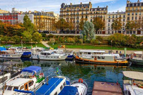 La pose en embrasure Turquie Port de l'Arsenal with boats, garden and buildings