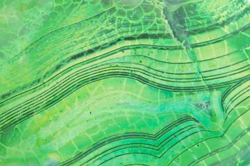 Zielony, teksturowany kamień cięty