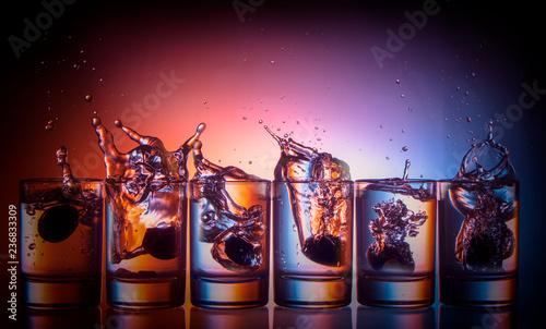 Fotografía  splashing fluid in a glass