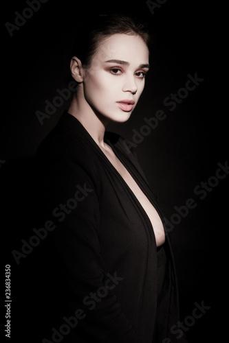 Fotografía  Beautiful brunette womam posing in costume on black