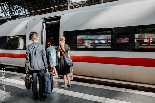 Poster Voies ferrées Pendler steigen in den Zug am Bahnhof ein