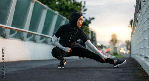 Foto Woman stretching on bridge