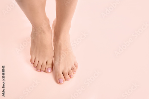 Fotomural Woman with beautiful feet on color background, top view with space for text