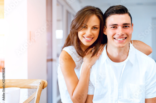 Foto  Smiling merry couple looking at camera
