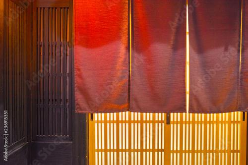 Foto  夜の京都祇園、日本料理店の玄関と暖簾