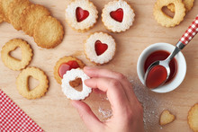 Traditional Christmas Linzer C...