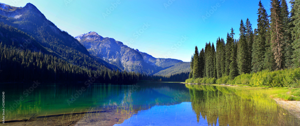 Fototapety, obrazy: HIgh Lake near Cle ELum with mountains and pine trees wutg beach.