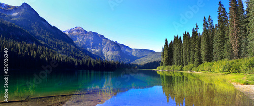 Foto op Canvas Natuur HIgh Lake near Cle ELum with mountains and pine trees wutg beach.