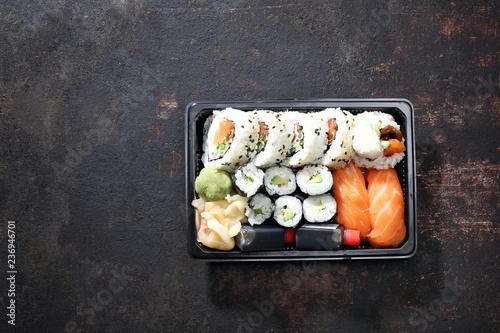 Fototapeta Hosomaki, futomaki i nigiri zestaw sushi. Tacka z kawałkami sushi , imbirem , wasabi i sosem sojowym na ciemnym tle. obraz