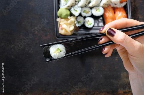 Fototapeta Tacka z kawałkami sushi , imbirem , wasabi i sosem sojowym na ciemnym tle. obraz
