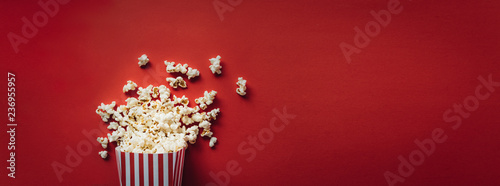 Obraz Striped box with popcorn - fototapety do salonu