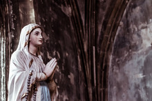 Statue De La Vierge Marie, Mains En Prière