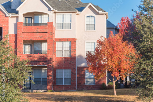Obraz na plátne Typical apartment building complex near Dallas, Texas, USA in fall season with colorful autumn leaves