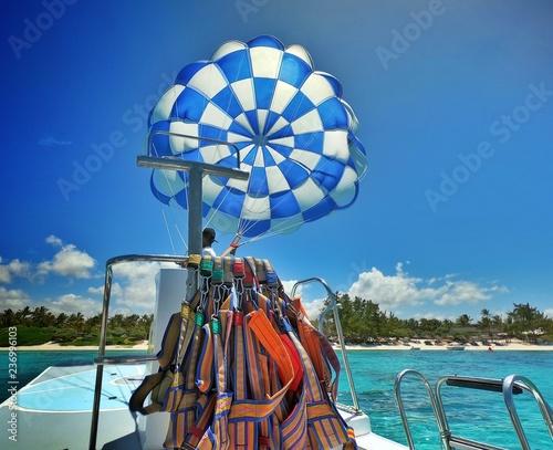 Déploiement d'un parachute ascensionnel depuis le bateau le tractant