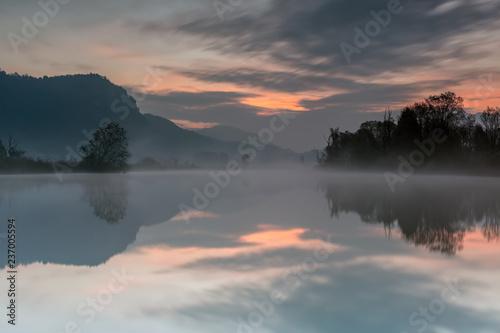Zdjęcie XXL Akìlba na rzece z mgłą, Lombardy, Włochy